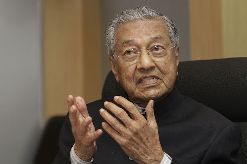 Dr Mahathir Mohamad returns Selangor royal awards