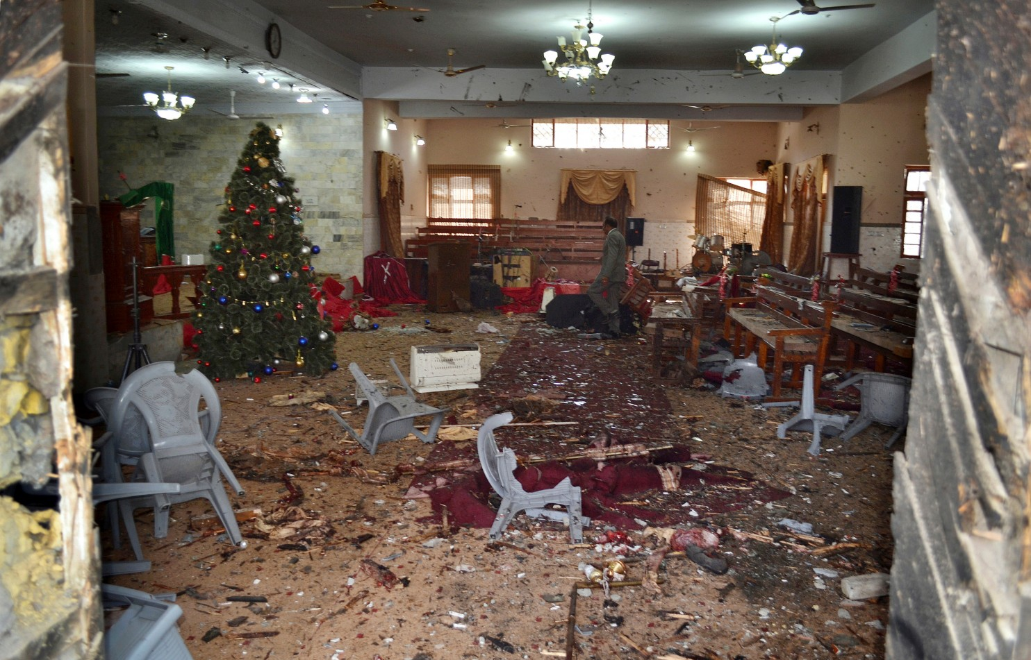 Suicide bombers attack church in Pakistan, killing 8