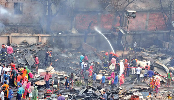 100 shanties  burnt in city  slum fire
