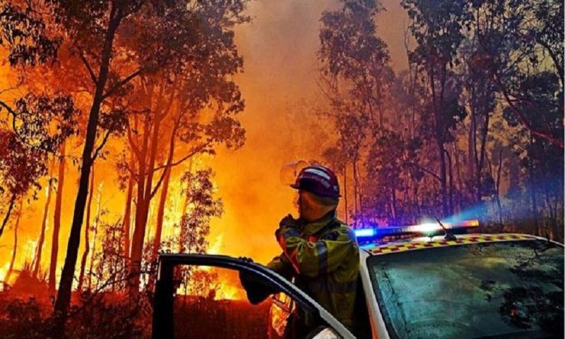 Perth bushfire paints skies 'vivid orange'