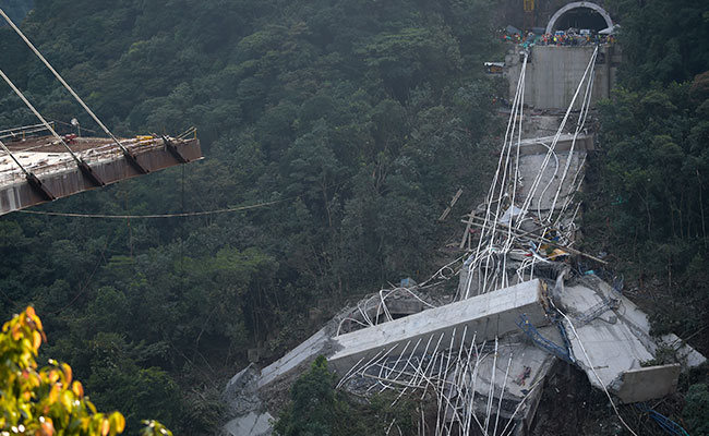 10 workers die in bridge collapse, Colombian officials say