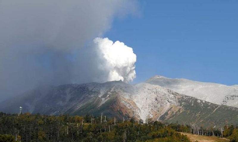 Avalanche kills one in Japan ski resort after volcanic eruption