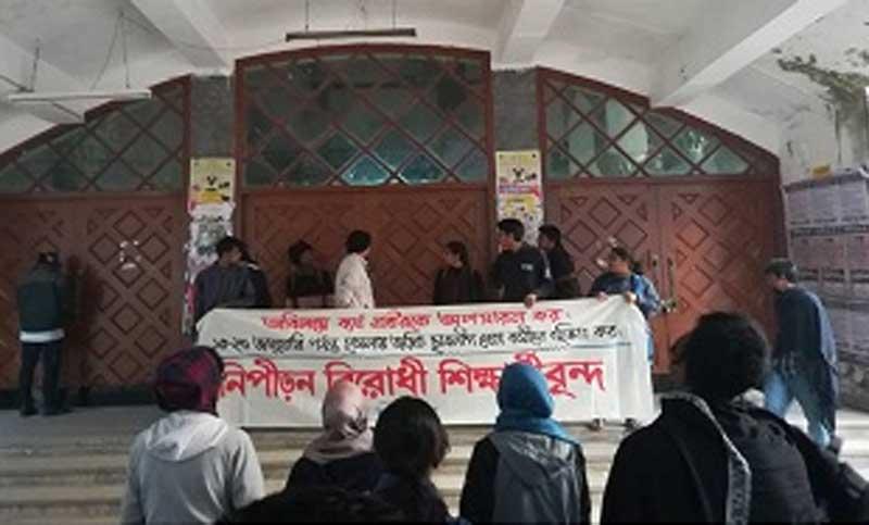 Pragatisheel Chhatra Jote locks Dhaka University main gate