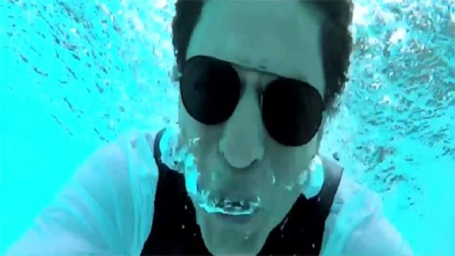 SRK goes underwater to thank 33m fans