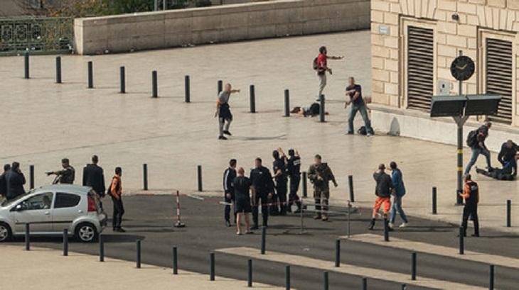 Six hurt in Paris stabbing spree