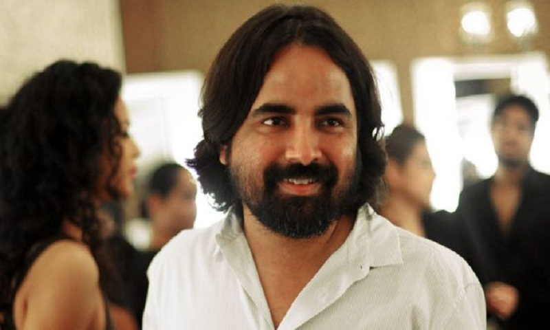 India designer sorry over 'insulting' sari remark