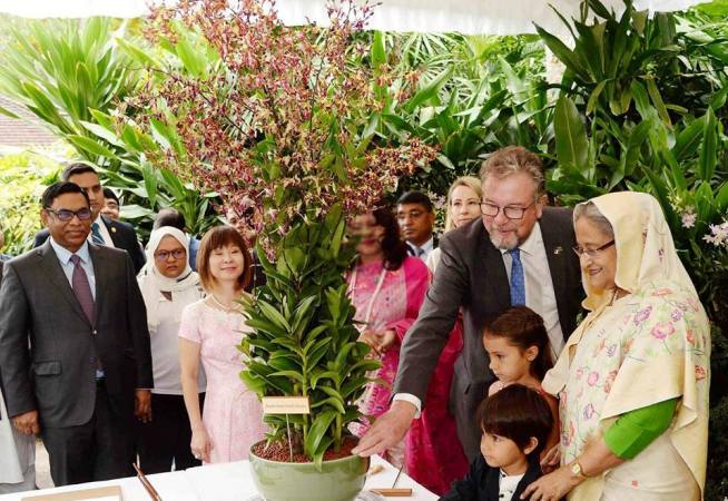 Prime Minister unveils orchid named after her in Singapore Botanic Garden