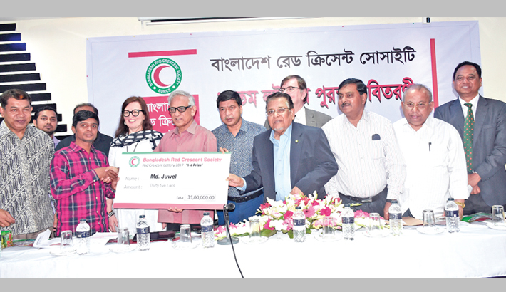 Red Crescent distributes prizes among winners