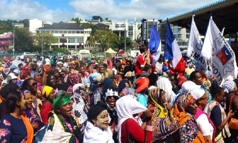 Mayotte unrest: French island residents round up 'foreigners'