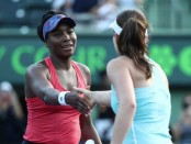 Venus Williams ousts defending champ to reach quarters