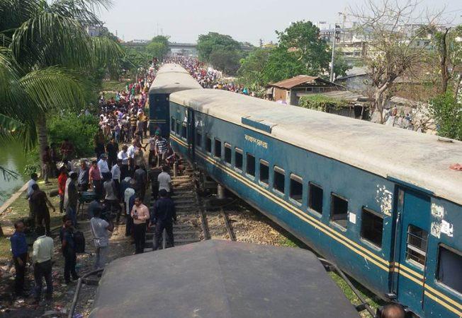 Train derails in Tongi, 4 killed
