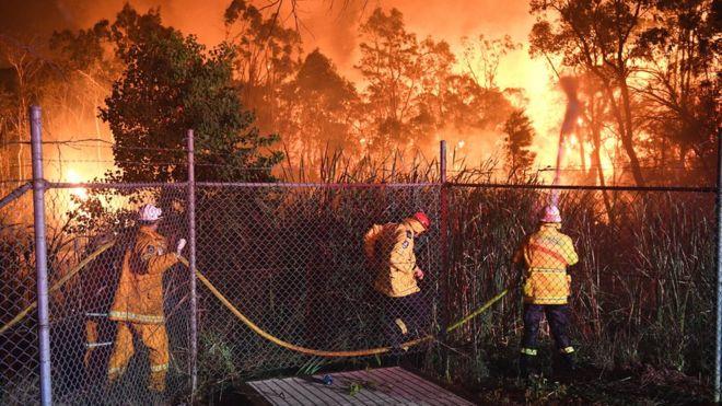 Australia bushfire threatens Sydney suburbs homes