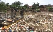Giant plastic 'berg blocks Indonesian river