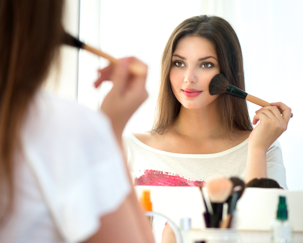 Women wearing heavy makeup not perceived as leaders: Study