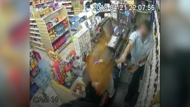 Shopkeeper fights off armed robbers with chilli powder (Video)