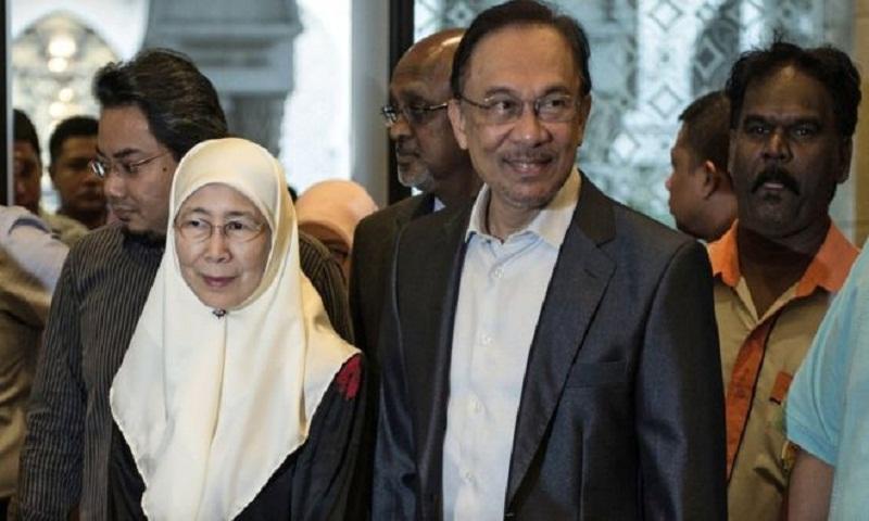 Anwar Ibrahim: Jailed Malaysian politician will get royal pardon says Mahathir