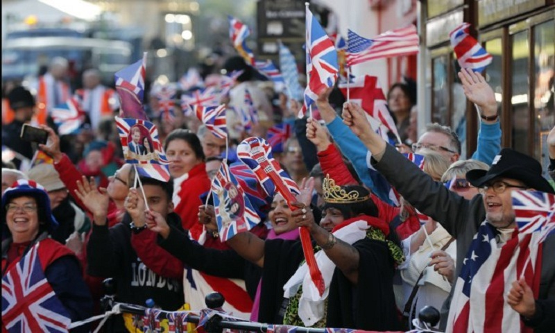 Royal fans swarm trains to get to wedding