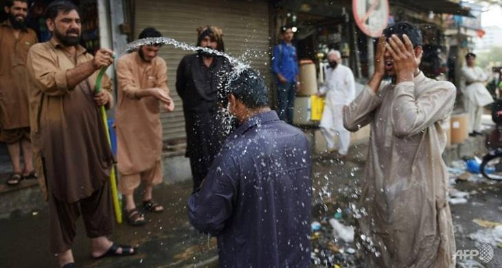 Pakistan's Karachi hit by sweltering heat wave