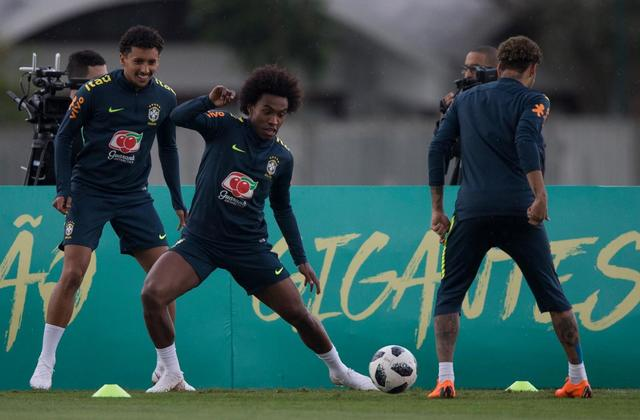 Disgruntled fans break into Brazil pre-World Cup training