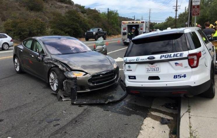 Tesla in autonomous mode hits parked police car