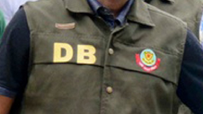7 DB men among 10 sued for extorting
