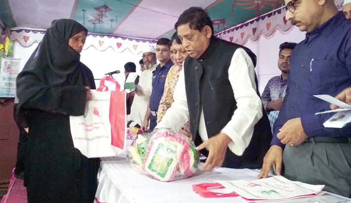 Hands over gift items to poor people