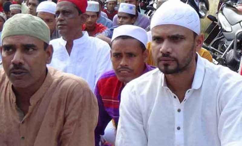 Mashrafe offers Eid prayer in Narail