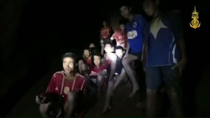 Medics reach Thai cave boys as rescuers weigh options