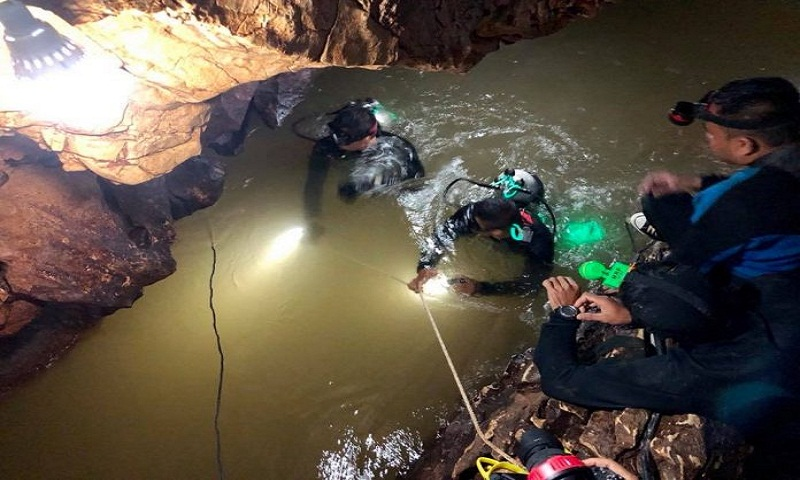 Thailand cave: Rescuers in race against weather as rains close in