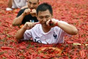 Man eats 50 peppers in 68 seconds for chili-eating contest in China (Video)