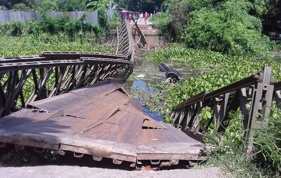 Bridge collapse snaps Dhaka-Louhajang road links
