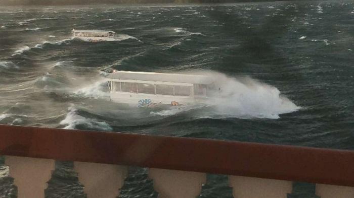 17 dead as duck boat sinks in US lake