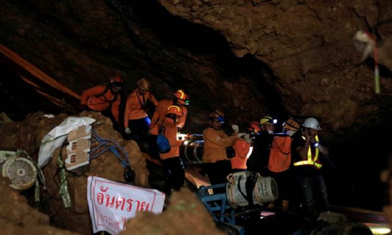 9 Australians awarded bravery medals for Thai cave rescue