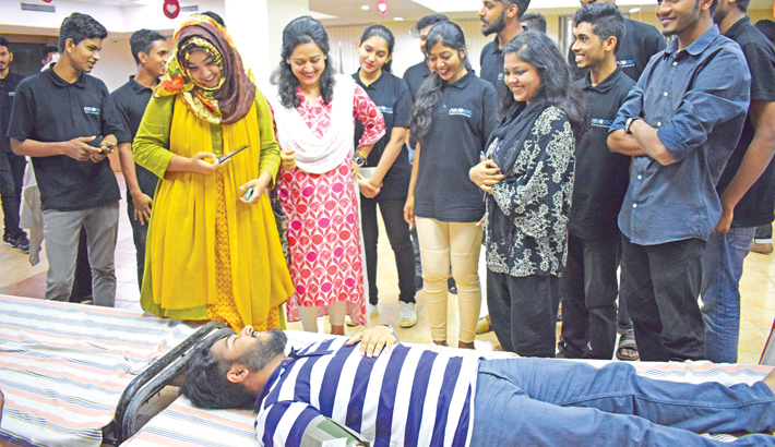 Volunteer donates blood