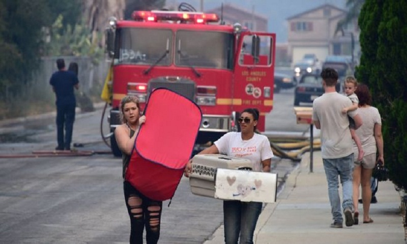 California wildfires: Thousands evacuated as Lake Elsinore threatened