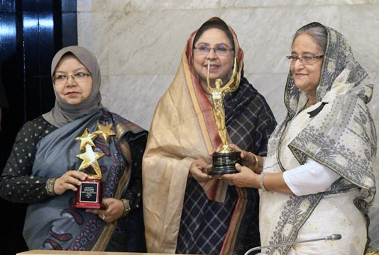 Prime Minister receives two UNICEF awards for campaign against early marriage