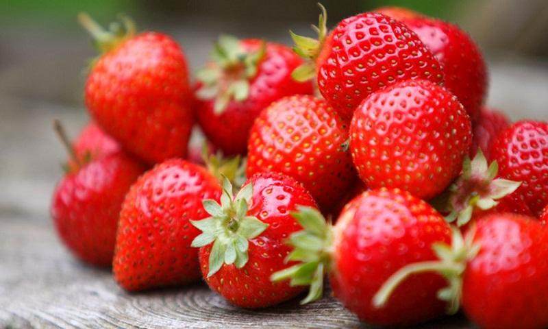 Eat strawberries, improve gut health