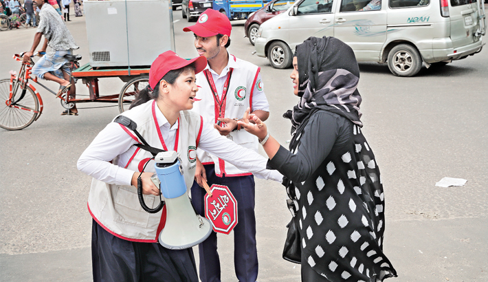 Rover Scouts and Red Crescent volunteers stop a jaywalker