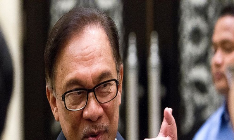 Malaysia's Anwar, seeking return, vows support for Mahathir