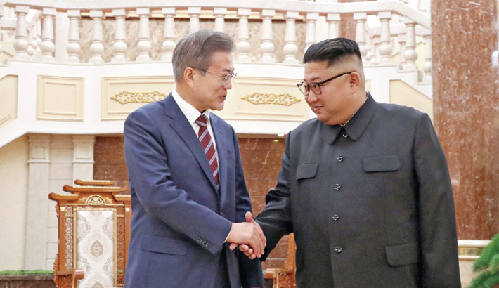 Kim Jong Un shakes hands with Moon Jae-in