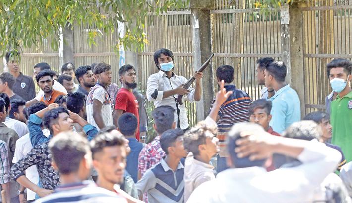 Bangladesh Chhatra League (BCL) man carries a gun