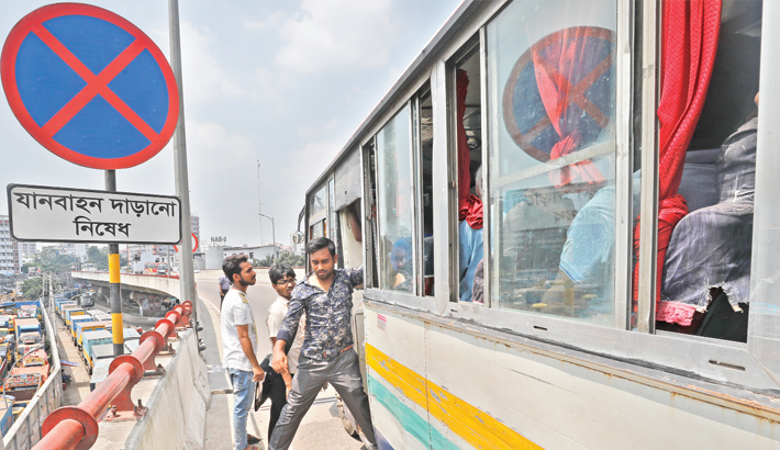 Traffic on city flyovers  turns risky