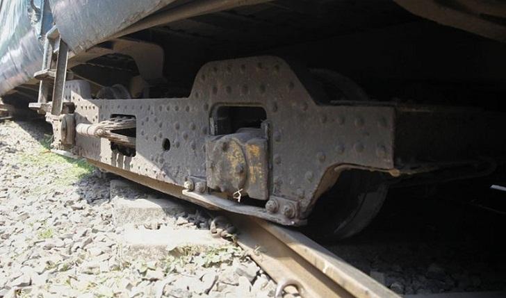 Train wheel comes off tracks in Gazipur