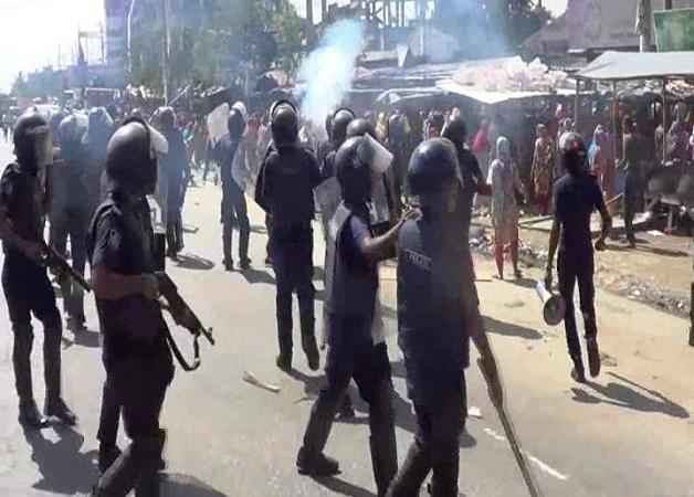 RMG workers clash with cops in Naryanganj; 40 hurt