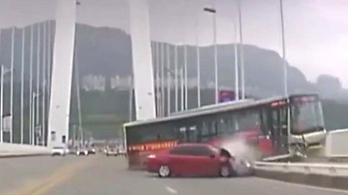 Fist fight causes fatal China bus plunge