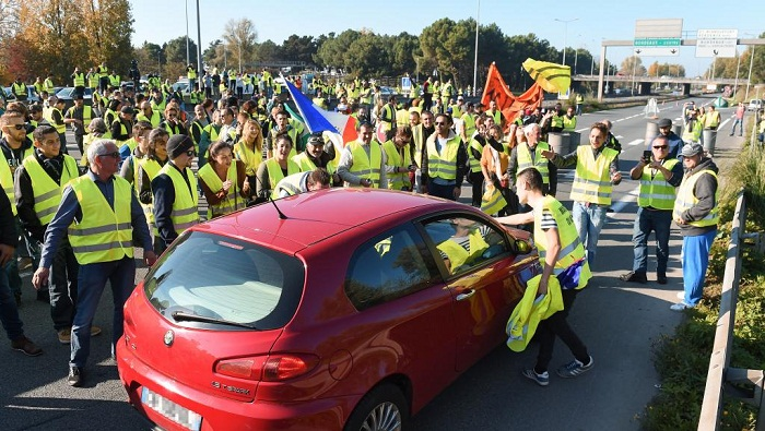 Yellow vests: Hundreds injured as France fuel protests continue