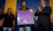 Ronaldinho leaves footprints in Maracana Hall of Fame