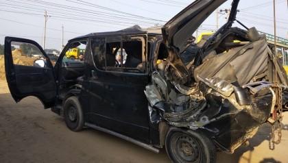 5 killed as microbus hits roadside tree in Brahmanbaria