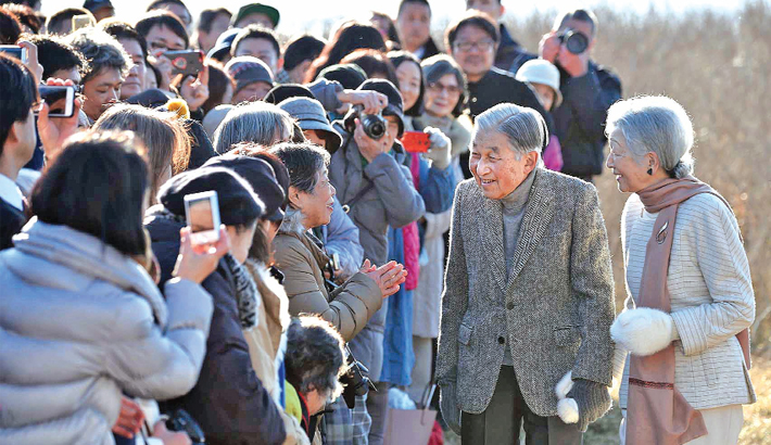 Japan's Emperor Akihito (2nd R) and Empress Michiko (R) meet well-wishers