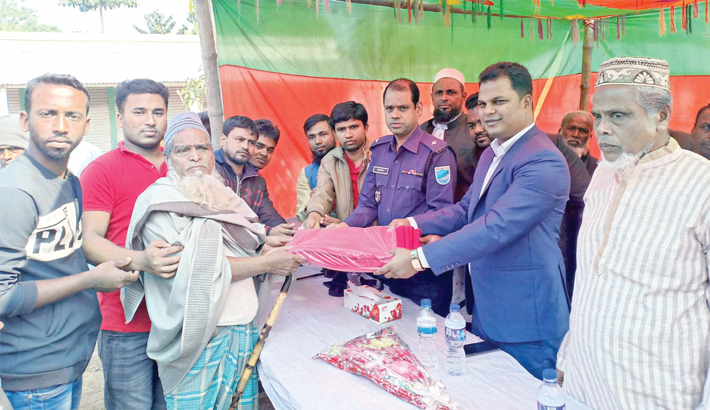 Distributes blankets among cold-hit people